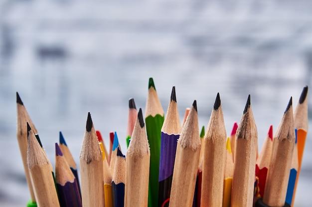 Красочные карандаши на сером фоне. настроение для рисования.