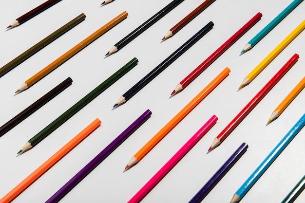 白地にカラフルな鉛筆