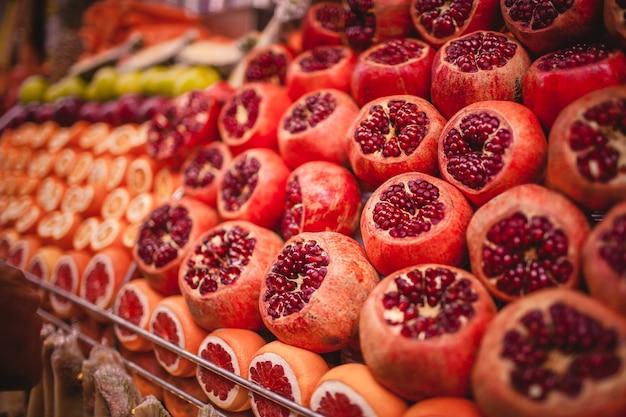 Красочная картина апельсинов и гранатов на рынке