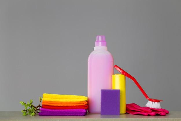 Красочный набор инструментов для уборки дома и веточек с зелеными листьями