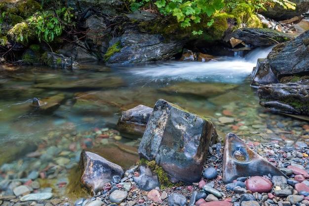ホランドクリークのカラフルな石と岩