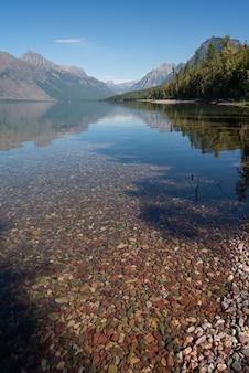 モンタナ州のアプガー近くのマクドナルド湖のカラフルな石