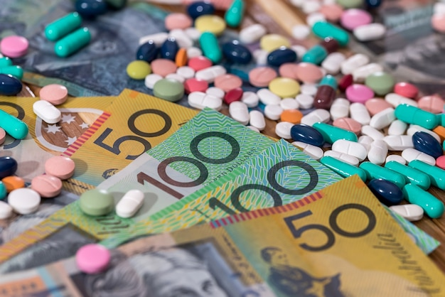 나무 테이블에 호주 달러와 다채로운 정제