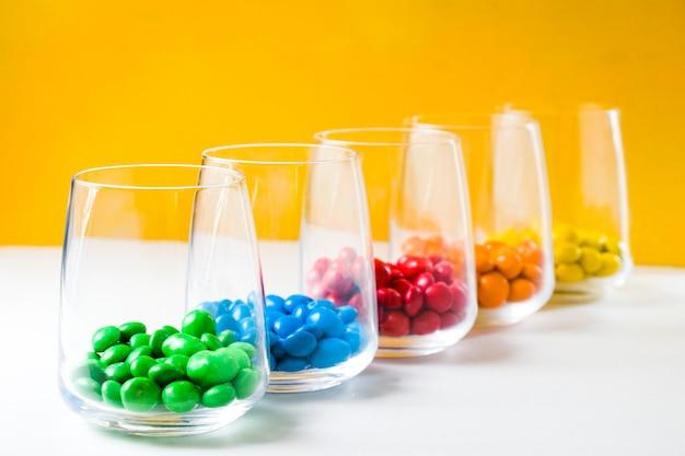グラスの中のカラフルなキャンディー