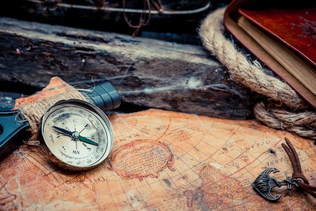 나침반이 있는 콜럼버스의 날과 세계 지도