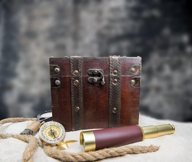 콜럼버스의 날. 월드맵과 발견 장비를 갖춘 해적과 보물.
