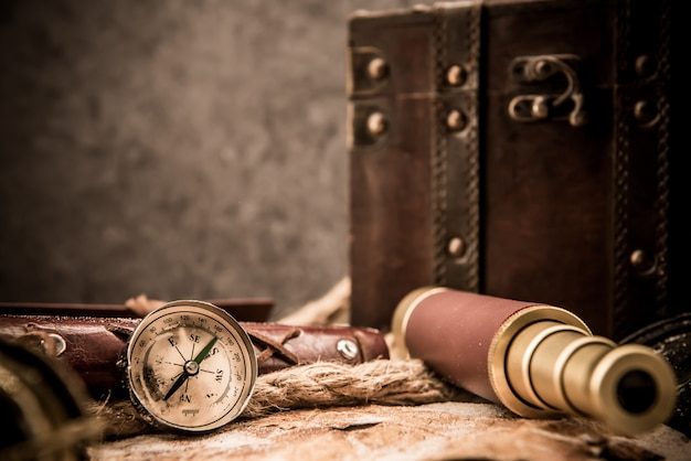 コロンブスの日。世界地図と発見装置を備えた海賊と宝物。