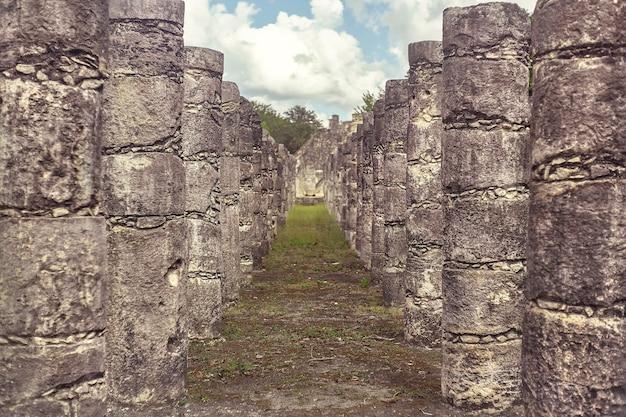 メキシコのチチェンイツァの考古学複合施設にある戦士の神殿の柱の回廊