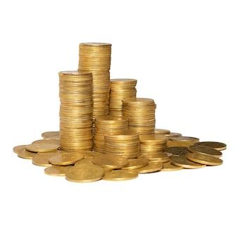 白で隔離される黄金のコインの列。