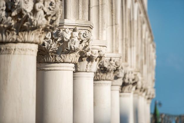 イタリア、ヴェネツィア、サンマルコ広場のドゥカーレ宮殿の柱の彫刻