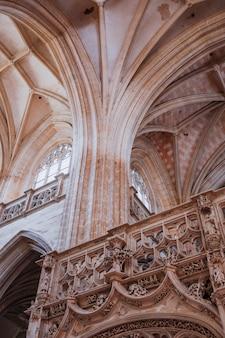 柱と美しい古い建物のバルコニー