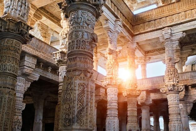 ラーナクスター、ラージャスターン州の美しいラナクプールジャイナ教寺院の列。インド