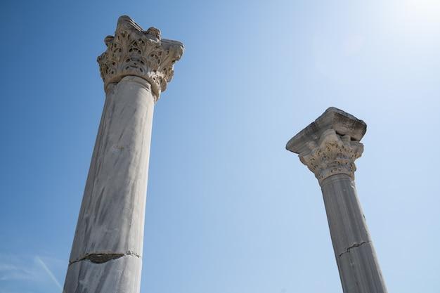 Колонны херсонеса таврического крупным планом на фоне голубого неба до нашей эры история и концепция жизни