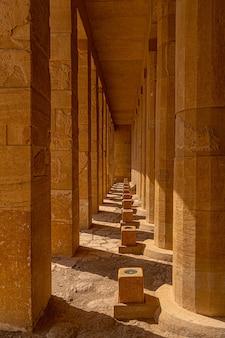 ルクソールのハトシェプスト女王の葬祭殿の柱。エジプト
