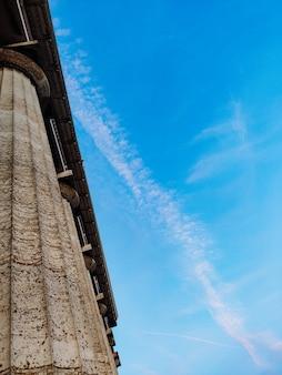 푸른 하늘 배경에 열입니다. 세로 사진