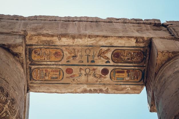 エジプト、ルクソールのカルナック神殿にある象形文字の柱。トラベル。