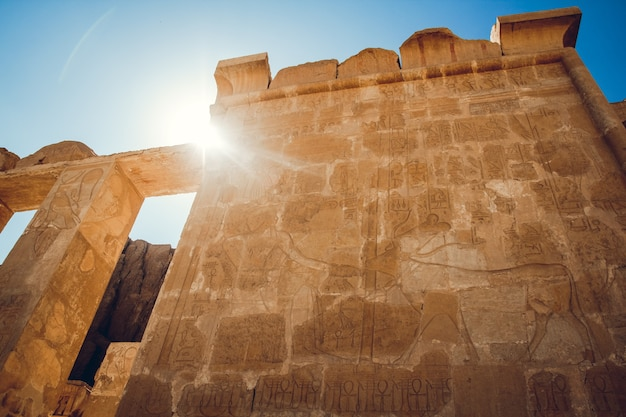 エジプト、ルクソールのカルナック神殿にある象形文字の柱。旅行。