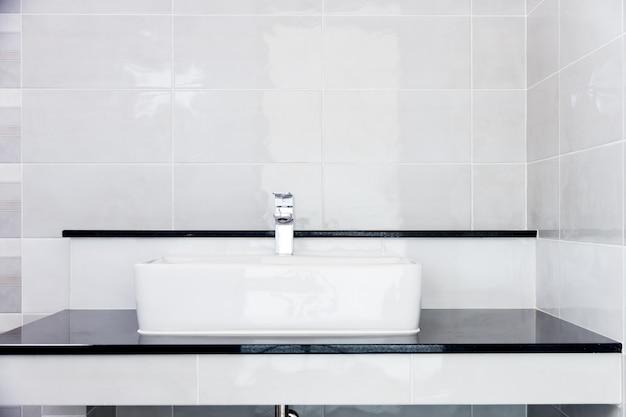 シンクの近代的なデザインの家の浴室の蛇口白いcolur浴室の衛生陶器