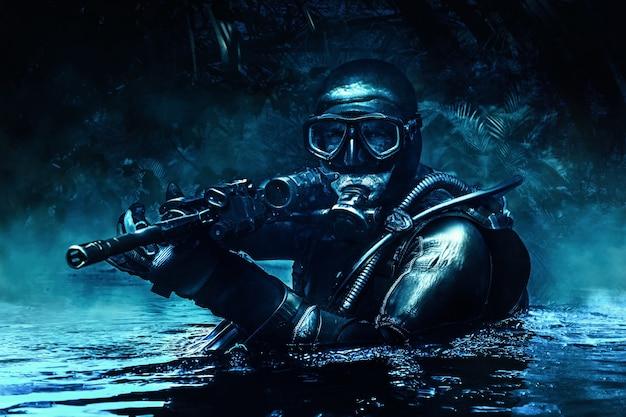 특수부대 작전부대 프로그맨의 컴뱃 다이버가 다이빙 장비를 입고 정글에 등장합니다. 어두운 밤, 달빛, 무기로 우회 작전