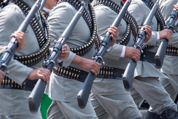 멕시코시티에서 퍼레이드를 하는 전투부대
