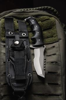 戦闘用ナイフと軍用弾薬。