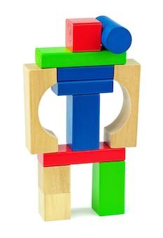 흰색 배경에 고립 된 장난감 나무 다채로운 벽돌로 만든 전투 장난감 로봇