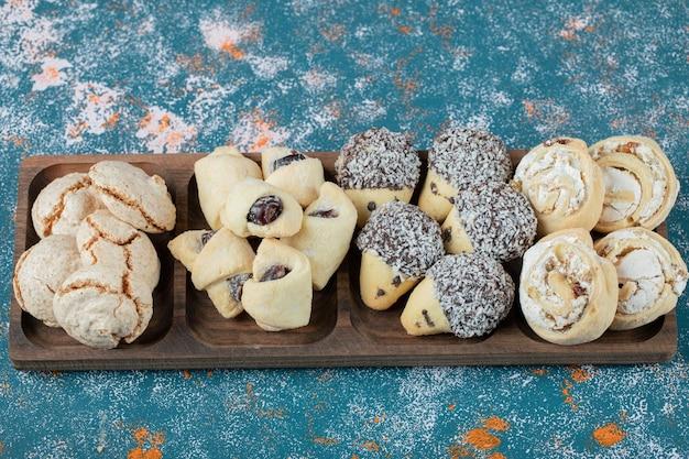 Combinazione di biscotti al cacao e burro in un vassoio di legno.
