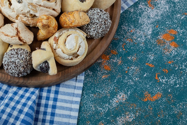 Combination of cocoa and butter cookies in a wooden platter.