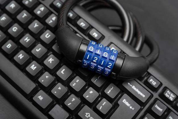 Кодовый замок и клавиатура крупным планом. концепция защиты данных. кибербезопасность.