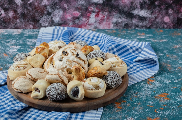 木製の大皿にココアとバタークッキーの組み合わせ。