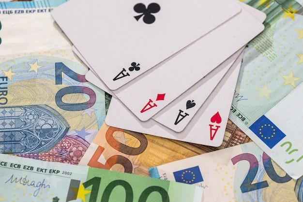 유로 지폐에 4 개의 에이스 조합