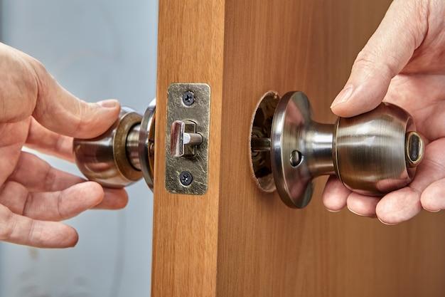ドア内側のハンドルの2つの部分の組み合わせ修理または古いドアノブの交換
