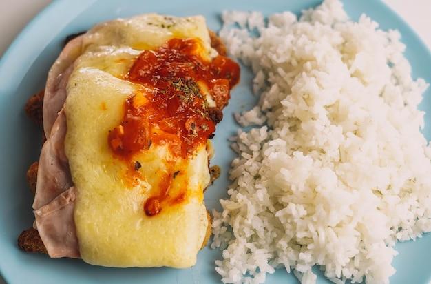 Комбинированная тарелка из куриных полосок, покрытых рисом концепция детского меню
