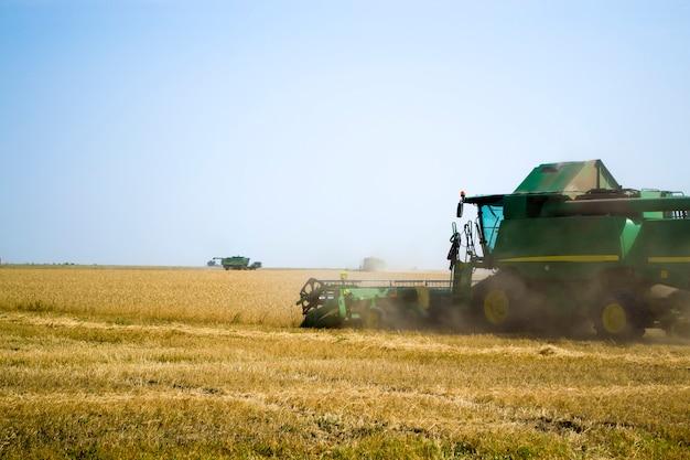 결합 수확기 수확 익은 밀 농업
