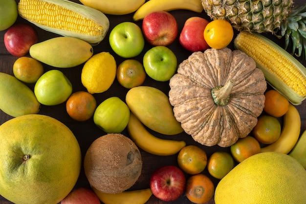 나무 바닥에 평평하게 누워 건강한 과일과 야채를 결합하십시오. 프리미엄 사진
