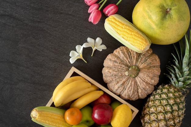 健康的な果物と野菜を組み合わせて、木の床に平らに置きます