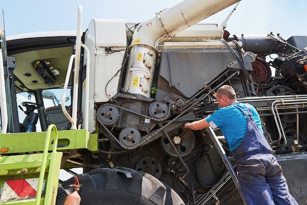 Совмещаем техобслуживание машин, слесарь ремонтируем мотор на улице.