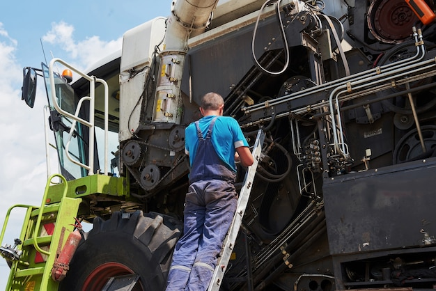 Combina servizio macchina, meccanico che ripara il motore all'aperto.