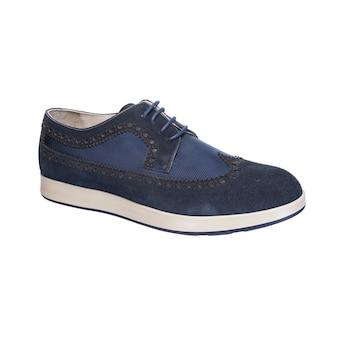 白い表面に分離された白い靴底の靴紐と組み合わせたメンズシューズ
