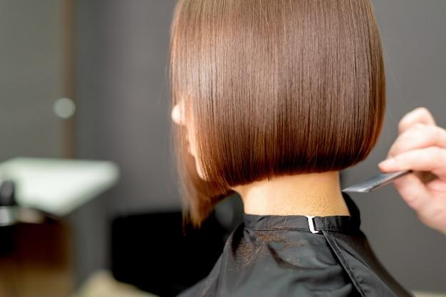 女性の髪をとかす