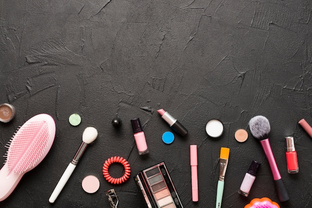 黒の櫛と化粧品