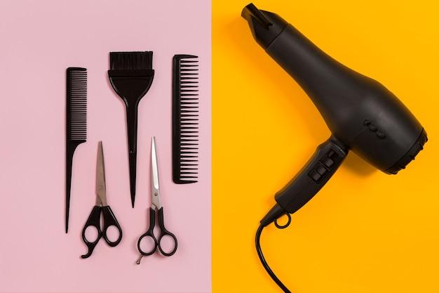 Расчески и парикмахерские инструменты на цветном фоне сверху. скопируйте пространство. плоская планировка. натюрморт. макет