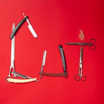 Pettini e strumenti del parrucchiere sulla vista superiore rossa
