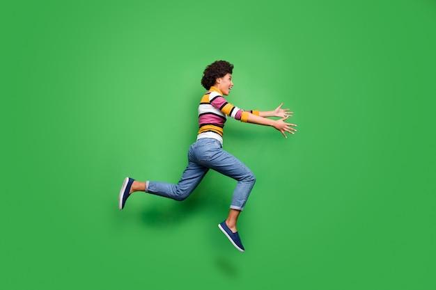 Иди сюда дорогой друг! фото сбоку в полный рост сумасшедшей афроамериканской девушки, которая видит, как ее лучший приятель прыгает, бегает, хочу обнять, руки, носить джинсовые джинсы, сиять