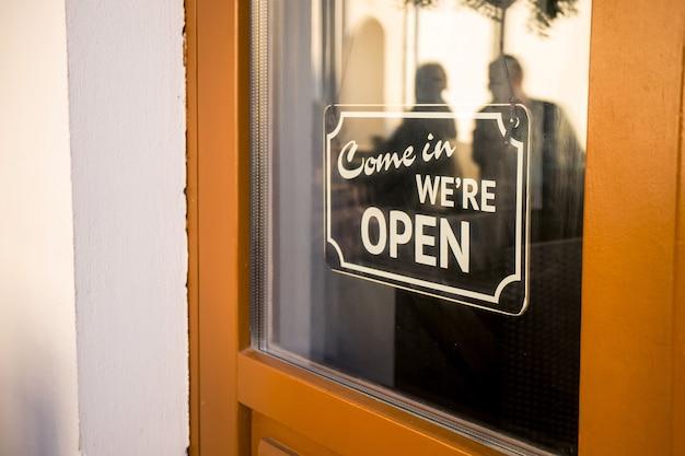 入って来てドアに開いた看板があります