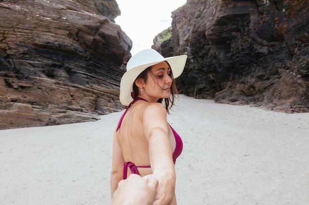 私と一緒にビーチに来て