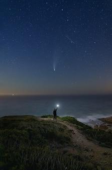 Комета неовизе на горизонте западного побережья португалии