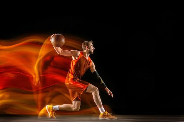 La cometa. giovane giocatore di pallacanestro caucasico della squadra rossa in azione