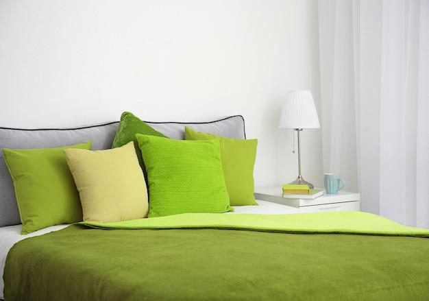 방에 쿠션이있는 편안한 침대