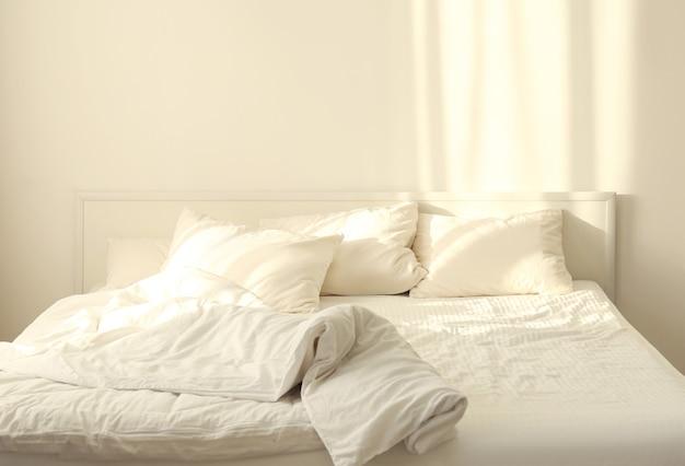 침실에 베개가 있는 편안한 침대